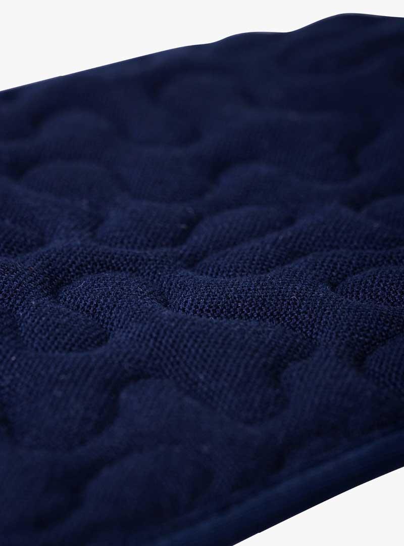 le tablier | Nahaufnahme von dunkelblauem Stoff mit Muster