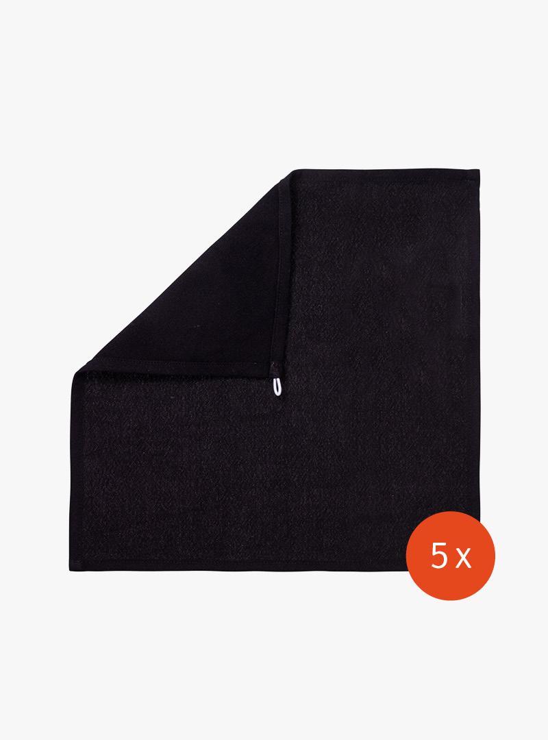 le tablier | schwarzes Abtrockentuch mit weißer Schlaufe auf weißem Hintergrund