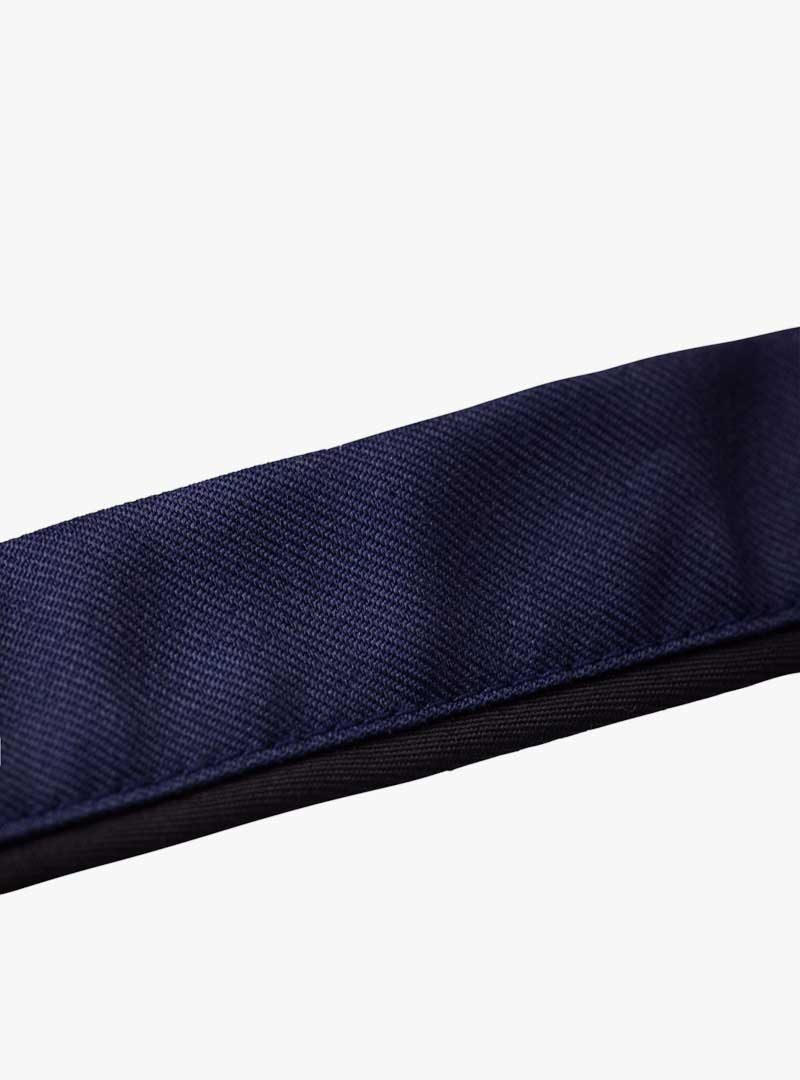 le tablier | blaues Band der Schürze Nahaufnahme Stoff