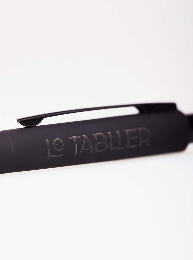le tablier | Nahaufnahme eines schwarzen Kugelschreibers