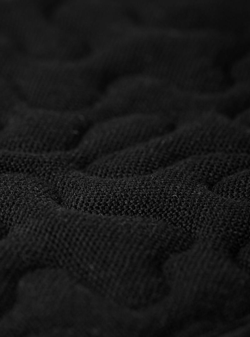 le tablier | schwarzer Stoff mit Muster in Nahaufnahme