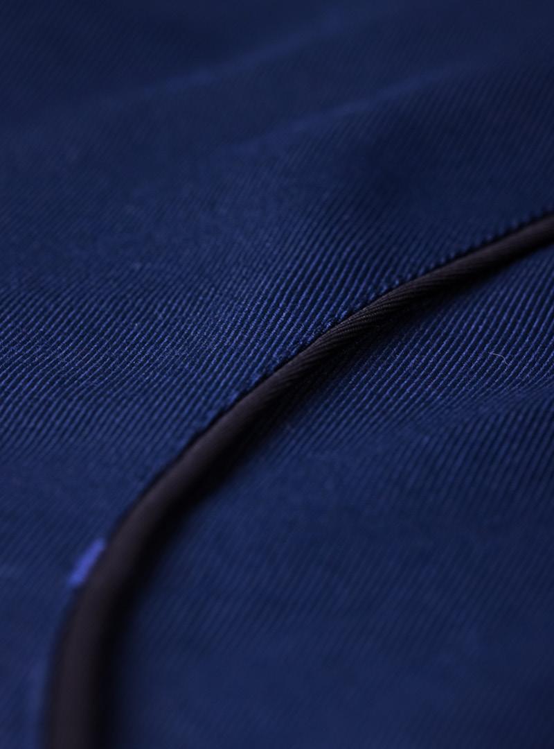 le tablier | Nahaufnahme von dunkelblauem Stoff mit schwarzen Elementen