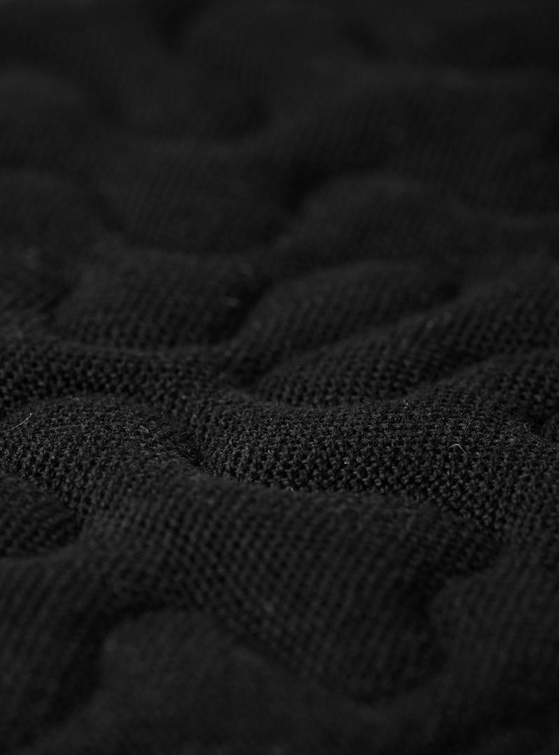 le tablier | schwarzer Stoff in Nahaufnahme mit Musterung