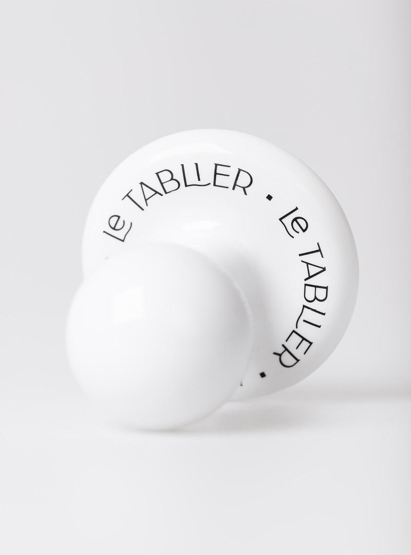 le tablier | weißer Porzellanhaken mit schwarzer aufgedruckter Schrift