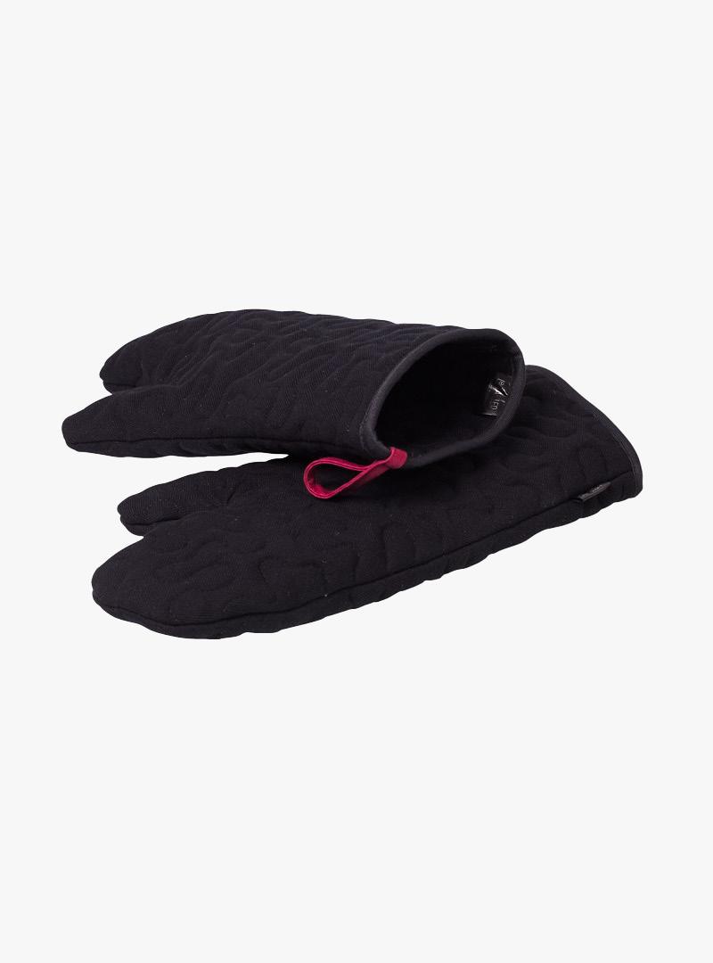 le tablier | zwei schwarze Ofenhandschuhe mit roten Schlaufen