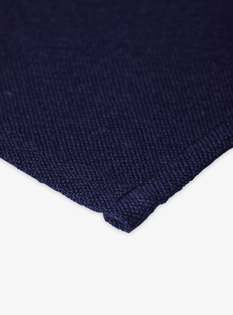 le tablier | Nahaufnahme eines dunkelblauen Abtrockentuchs