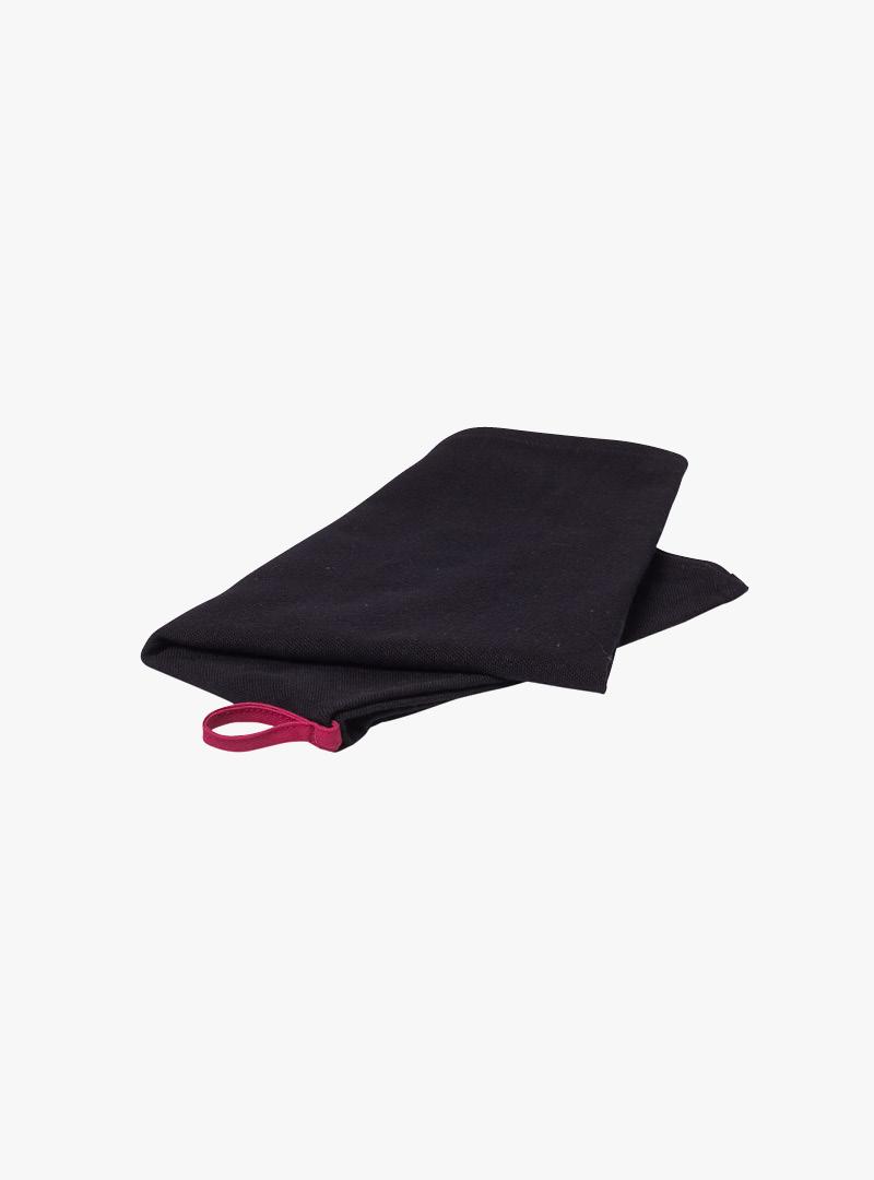 le tablier | schwarzes Geschirrtuch mit roter Schlaufe gefaltet