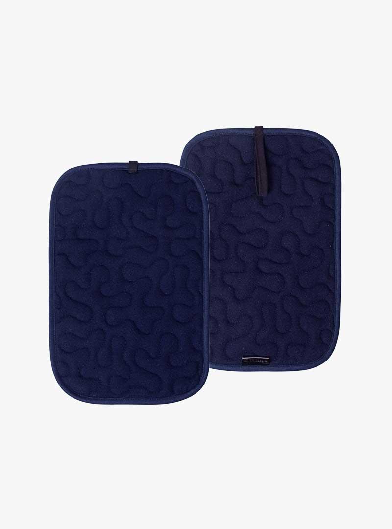 le tablier | zwei dunkelblaue Topflappen mit schwarzen Hänkeln und eingearbeitetem Muster