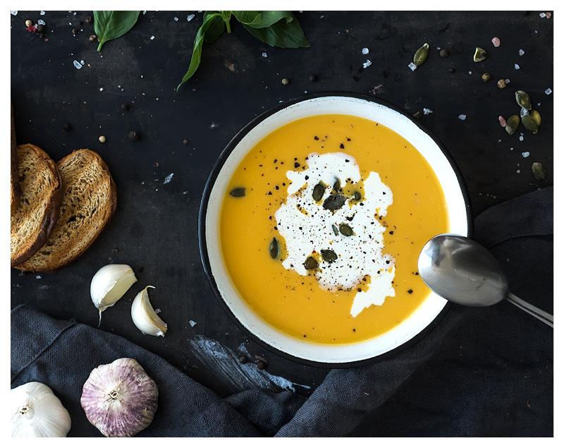 le tablier | Kürbissuppe im Teller mit Löffel