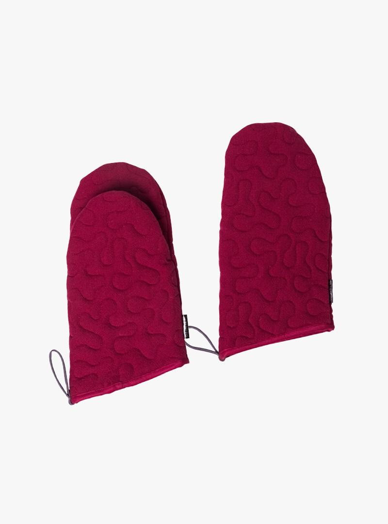 le tablier | rote Ofenhandschuhe mit eingearbeitetem Muster und Schlaufen