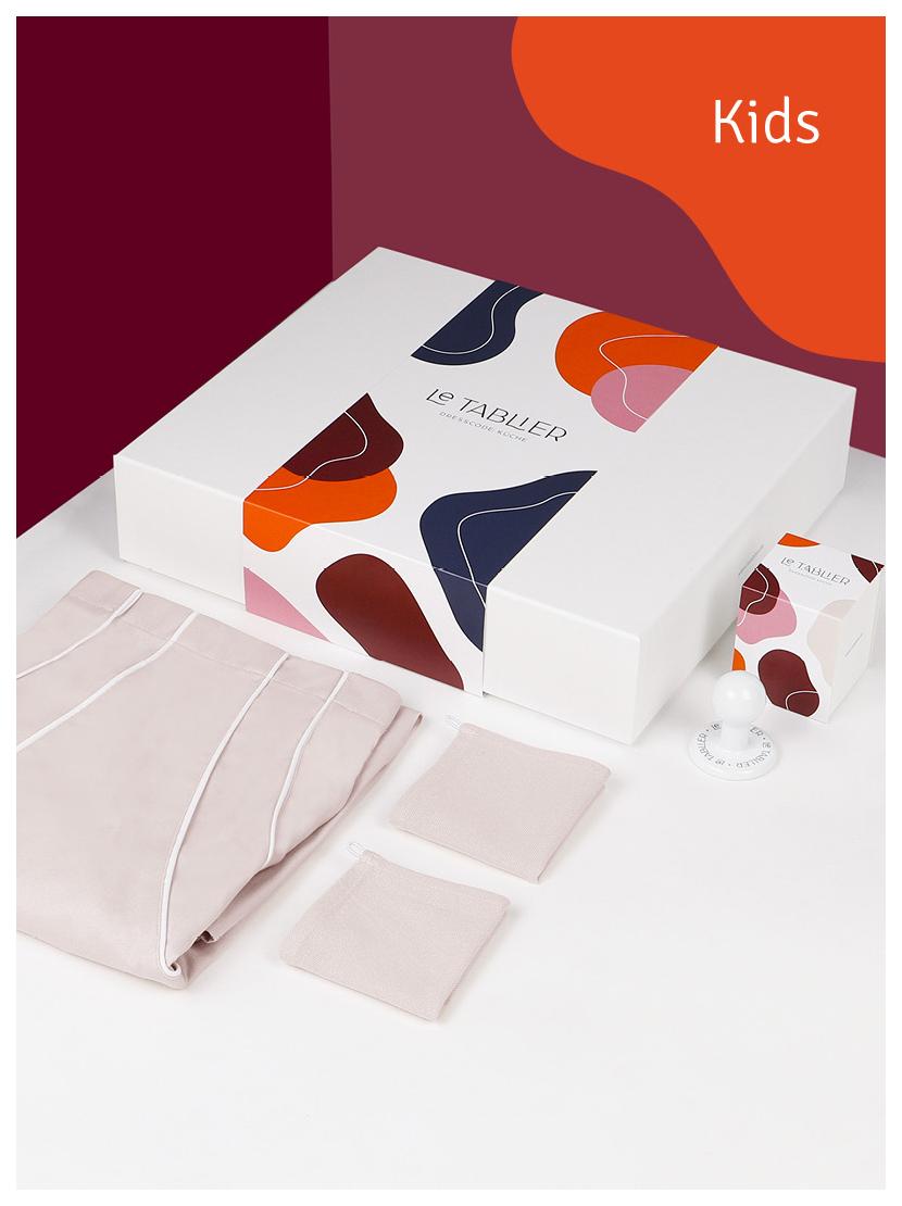 le tablier | weiße Box in Kinderversion mit dunkelblauen Geschirrtüchern und Porzellanhaken für Schürzen