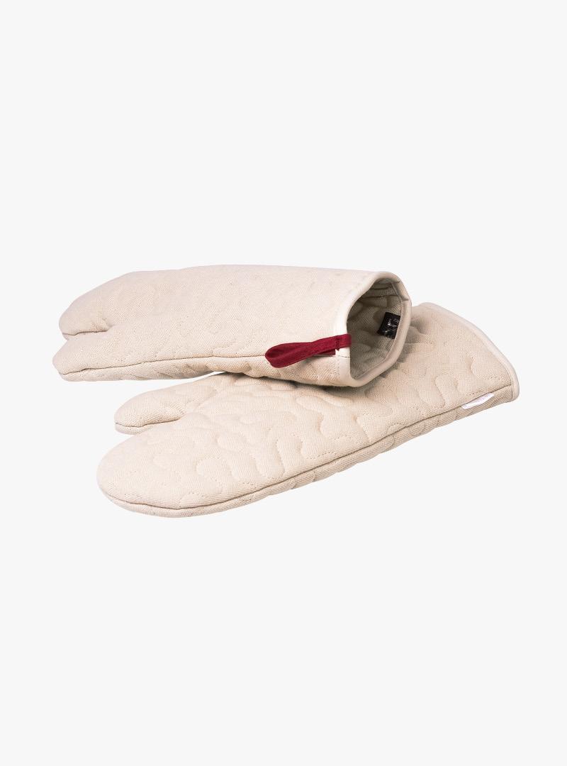 le tablier | beige Ofenhandschuhe mit roten Schlaufen und einem eingenähten Muster
