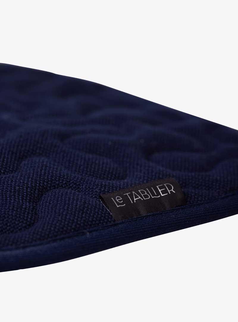 le tablier | Nahaufnahme eines dunkelblauen Stoffs mit schwarzem Etikett