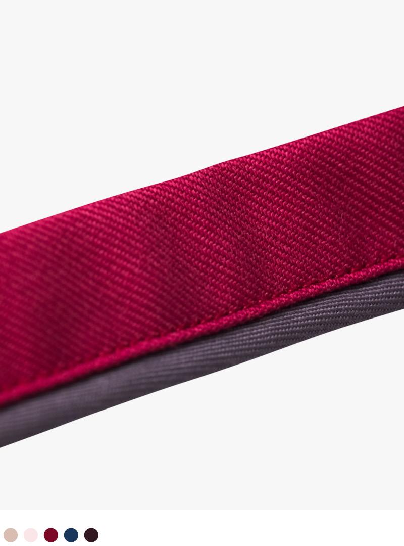 le tablier | Detailansicht der Schlaufe einer roten Schürze