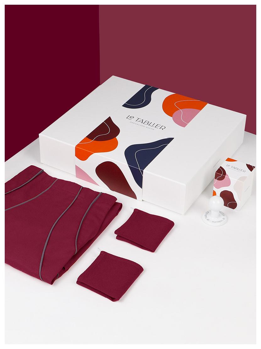 le tablier | Geschenkbox mit weißem Porzellanhaken und dunkelroten Abtrockentüchern